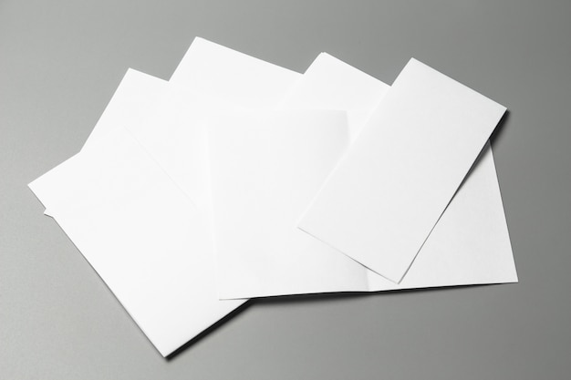 Ritratto vuoto a4. rivista di opuscoli isolato su grigio