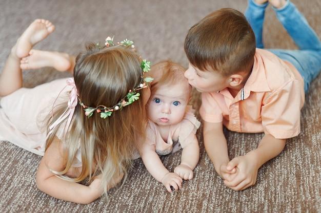Ritrovo dei piccoli bambini insieme e sorridere sul pavimento