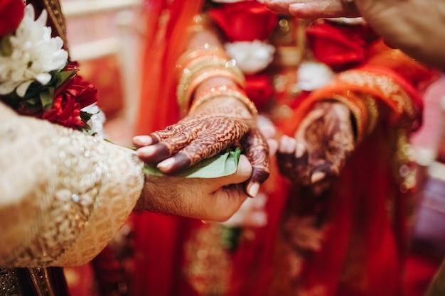 Rituale con foglie di cocco durante la tradizionale cerimonia di nozze indù