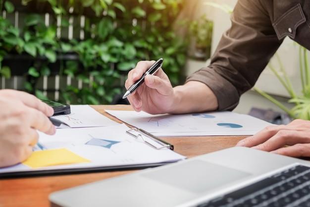Riunione d'affari all'aperto. documenti team manager team che lavorano con il nuovo progetto di avvio idea presentazione, analizzare i piani di marketing