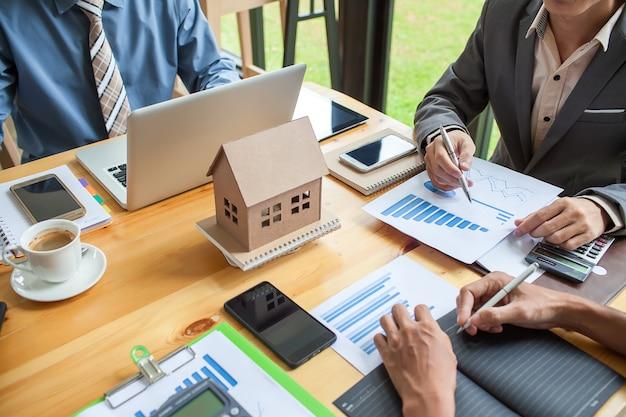 Riunione d'affari di agente immobiliare