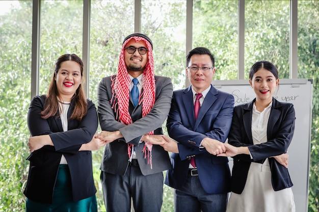 Riunione d'affari squadra asiatica e uomo arabo che presenta le sue idee in ufficio