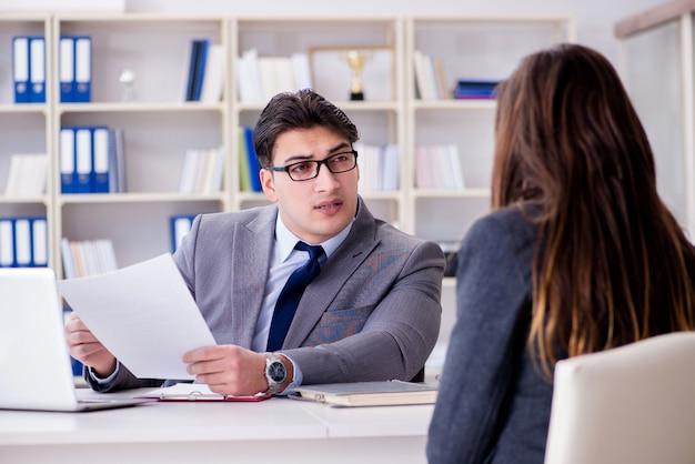 Riunione d'affari tra uomo d'affari e imprenditrice