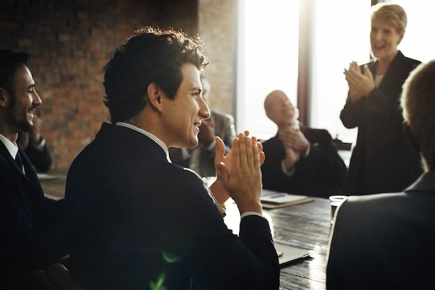 Riunione del concetto corporativo di lavoro di squadra di brainstorming di successo