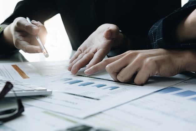 Riunione del consulente aziendale asiatico per analizzare e discutere la situazione