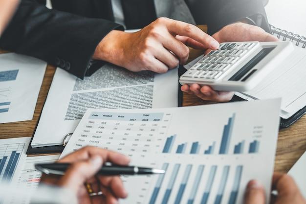 Riunione del gruppo di affari che consulta lavoro e brainstorming nuovo concetto di investimento di finanza di progetto di affari.