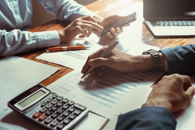Riunione del gruppo di contabilità aziendale nell'ufficio della sala