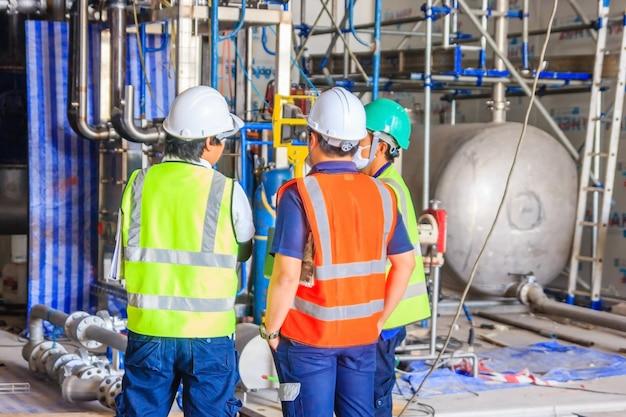 Riunione del gruppo e del lavoratore dell'ingegnere, discussione con la squadra sul lavoro del cantiere