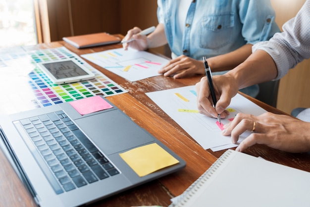 Riunione del lavoro di squadra del designer creativo dell'interfaccia utente che progetta progettazione del layout wireframe