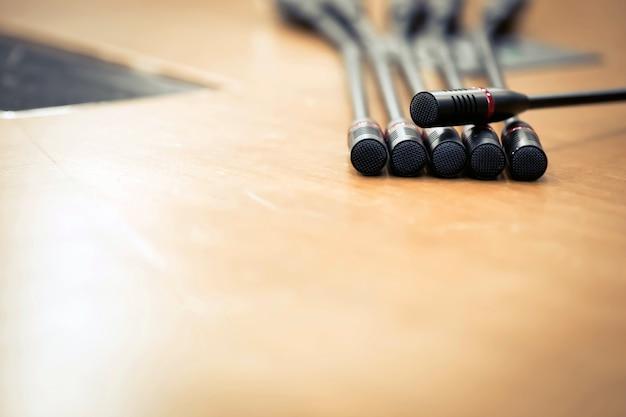 Riunione del microfono sul tavolo nella sala riunioni.