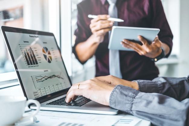 Riunione del team aziendale di co-working pianificazione della strategia analisi degli investimenti e risparmio