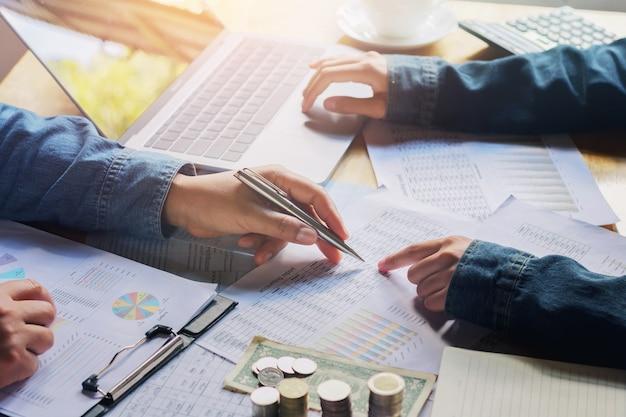 Riunione della squadra di affari relazione contabile di finanza di controllo di funzionamento