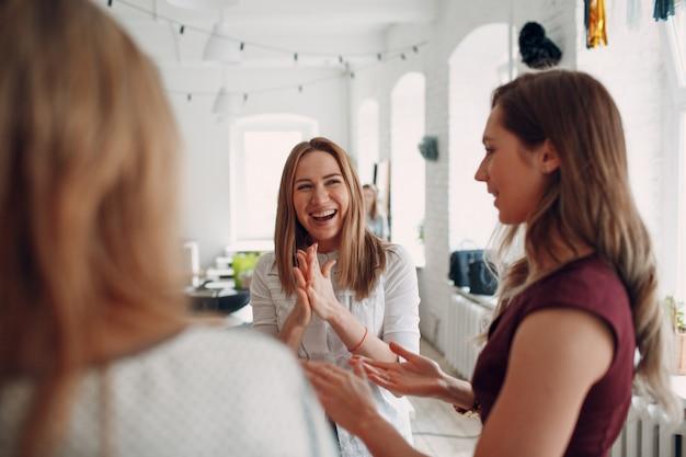 Riunione delle donne del team. formatore psicologo al concetto di lavoro.