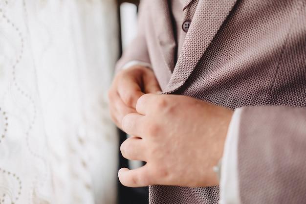 Riunione dello sposo, dettagli, giacca, scarpe, orologi e bottoni il giorno del matrimonio