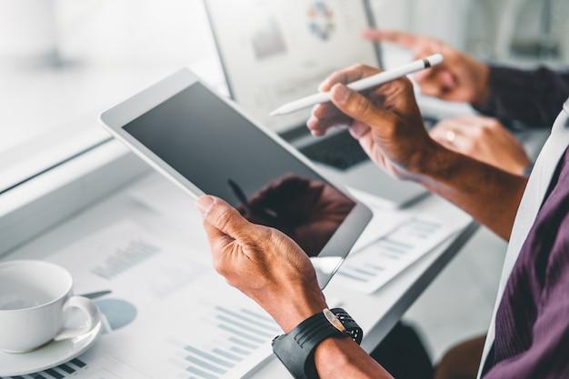 Riunione di consulenza del team aziendale di collaborazione pianificazione con tablet digitale strategia analisi degli investimenti e concetto di risparmio. incontro discutendo i nuovi dati del grafico finanziario del piano.