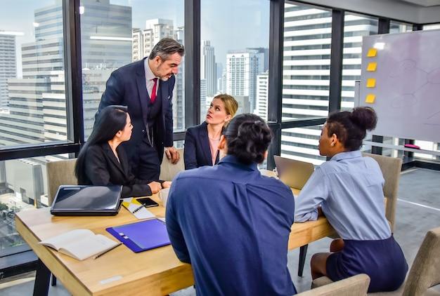 Riunione di lavoro del gruppo di affari nella pianificazione dell'ufficio successo di vendita