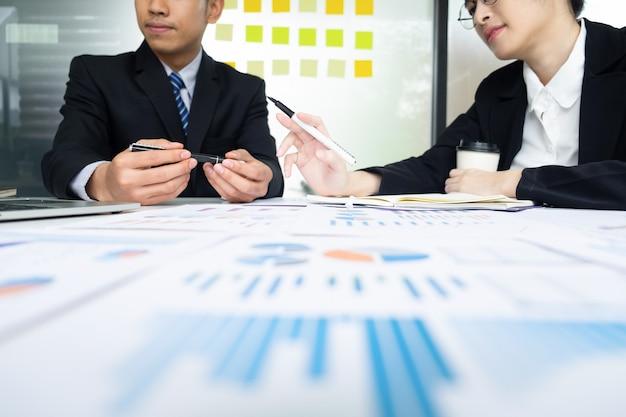 Riunione di lavoro di squadra degli uomini d'affari per discutere l'investimento.