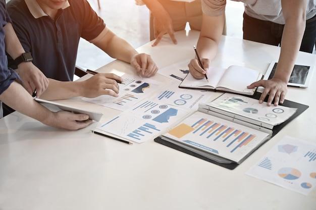 Riunione startup dell'uomo d'affari con lavoro di carta di finanza sulla scrivania.