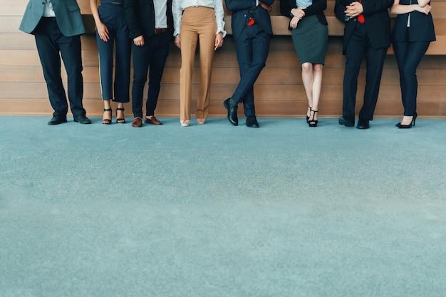 Riuscita squadra di giovani persone di affari di prospettiva in ufficio