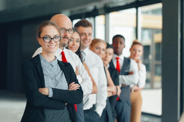 Riuscita squadra di giovani uomini d'affari in prospettiva in ufficio