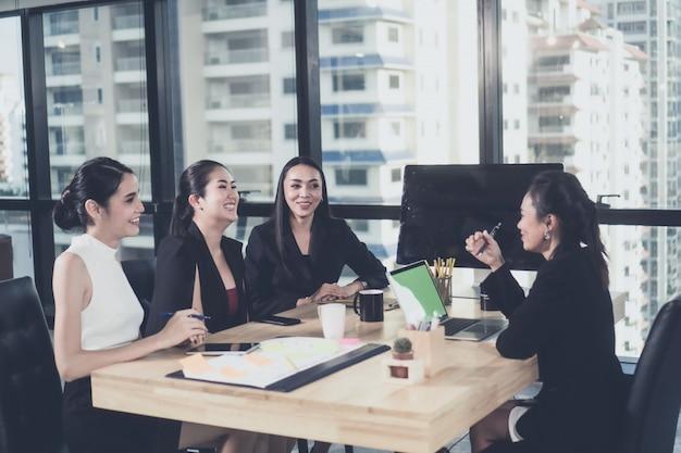 Riuscito gruppo di affari che celebra nella sala riunioni concetto di affari, della gente, di successo e di conquista