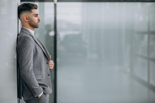 Riuscito uomo bello di affari in un ufficio