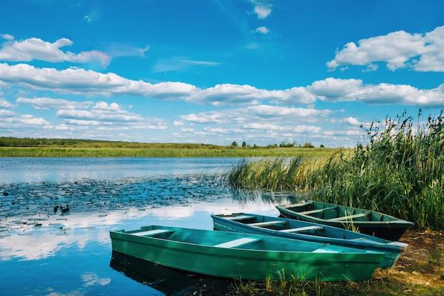 Riva del fiume dove sono le barche