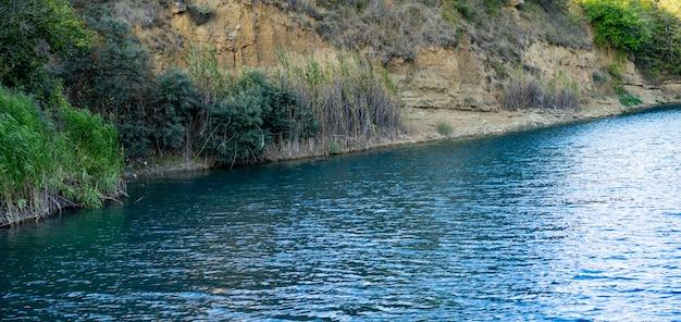 Riva del lago carsico nel pomeriggio