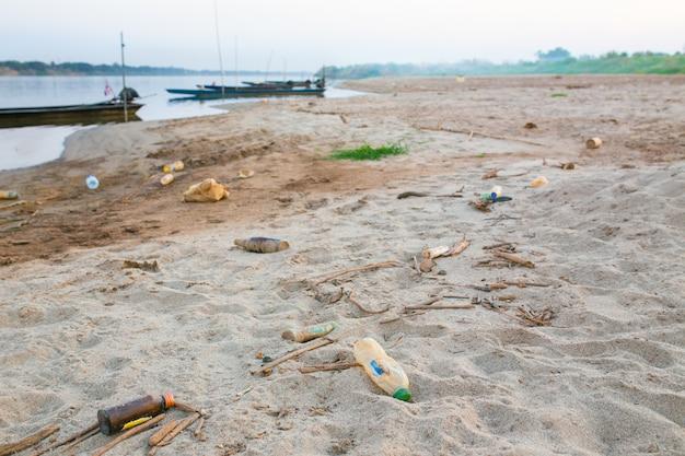 Riva pittoresca riva inclinata della sabbia del fiume mekong.