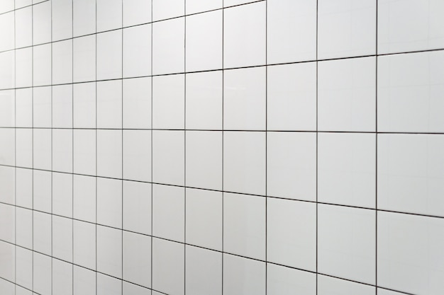 Rivestimenti bianchi in doccia palestra. design minimale