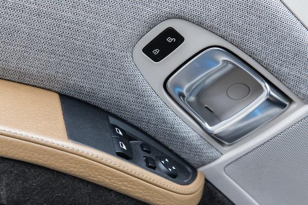 Rivestimenti per porte di tessuti grigi e pelle in un'auto di lusso.