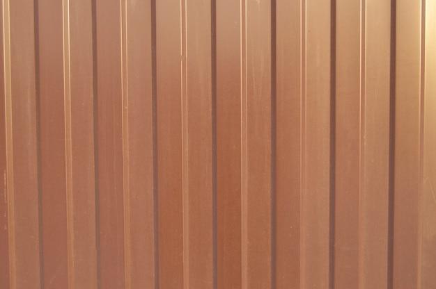 Rivestimento in metallo marrone, materiale di finitura moderno per la produzione di recinzioni e pareti esterne