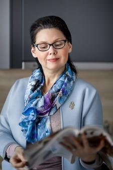 Rivista di lettura donna di mezza età