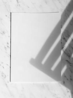 Rivista di mock-up vista dall'alto con sfondo bianco
