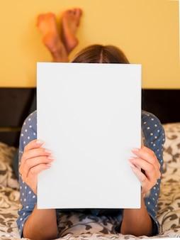 Rivista in bianco del primo piano tenuta da una donna
