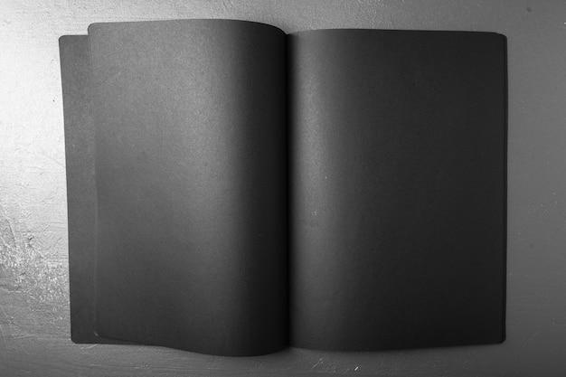 Rivista, libro o catalogo in bianco su colore nero