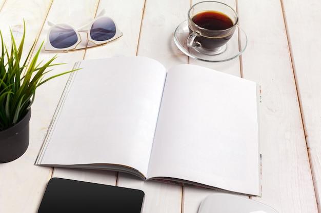 Rivista o catalogo di mock-up su un tavolo di legno.
