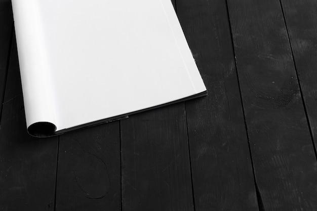 Rivista o catalogo sul tavolo di legno