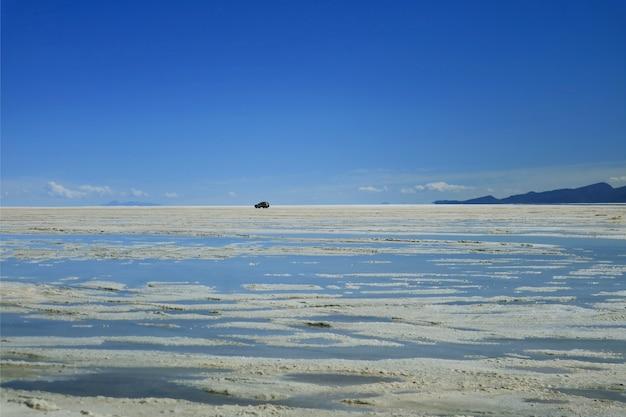 Road trip a salar de uyuni o uyuni salts flats alla fine della stagione delle piogge, bolivia, sud america