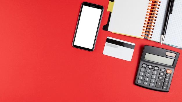 Roba da scrivania con telefono mock up e copia spazio