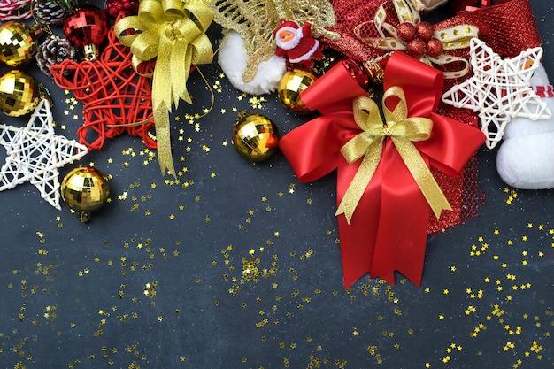 Roba dell'ornamento di natale sul fondo della lavagna del sughero, sul natale e sul concetto del nuovo anno con la disposizione del piano di vista superiore dello spazio della copia