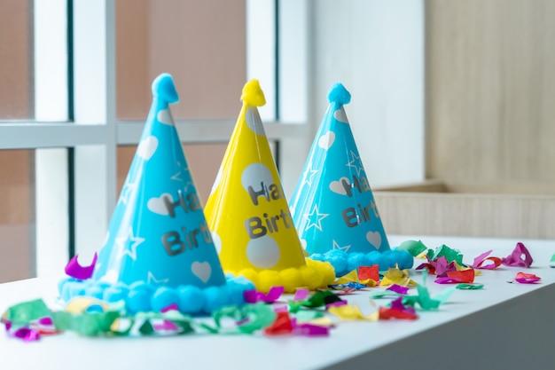 Roba di festa di compleanno per bambini allestita per lo spazio della copia