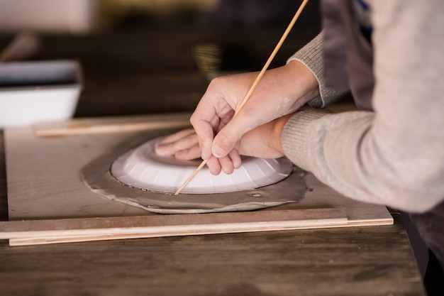 Roba diversa per il laboratorio di ceramis per bambini