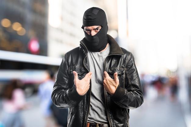 Robber facendo gesto sorpresa su sfondo unfocused