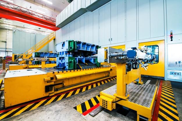 Robot che saldano in una fabbrica di automobili