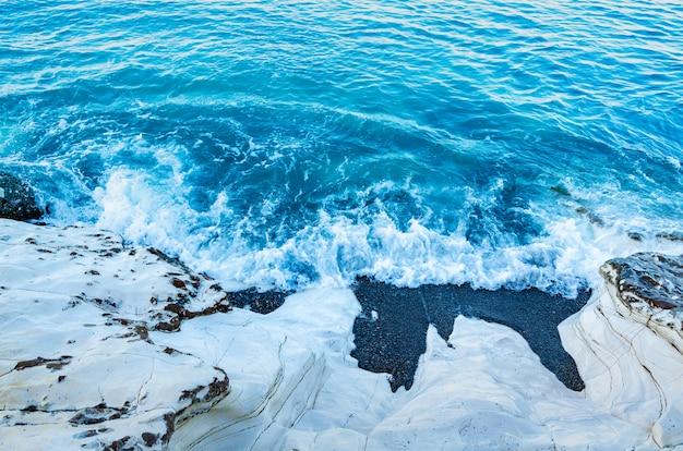 Rocce bianche sul mare. costa del mare, onde. riposo al mare.
