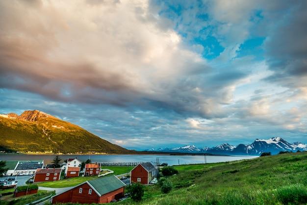 Rocce del sognefjord, il terzo fiordo più lungo del mondo e il più grande della norvegia.