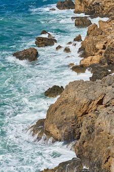 Rocce e onde sullo sfondo