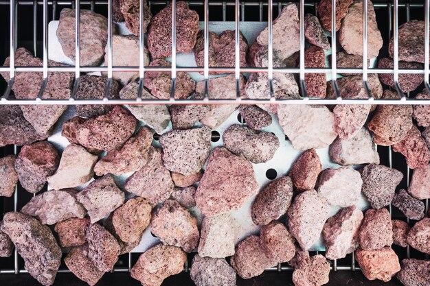 Rocce laviche vulcaniche su un barbecue per trasmettere il calore della fiamma.