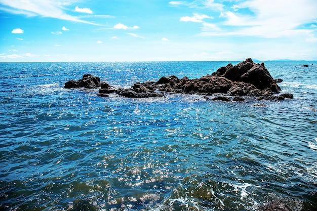 Rocce sul mare con il cielo.